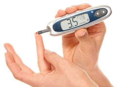 У каждого инсулинозависимого диабетика должен быть глюкометр, он позволяет быстро определить уровень сахара.