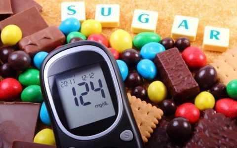 Употребление в пищу сладостей при диабете может привести к тяжелым осложнениям.