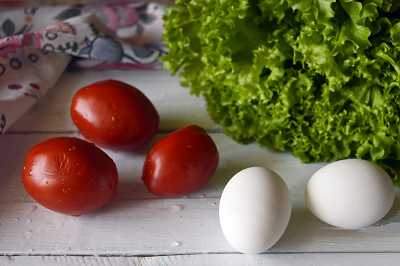 Яйца вкрутую, помидоры, салат