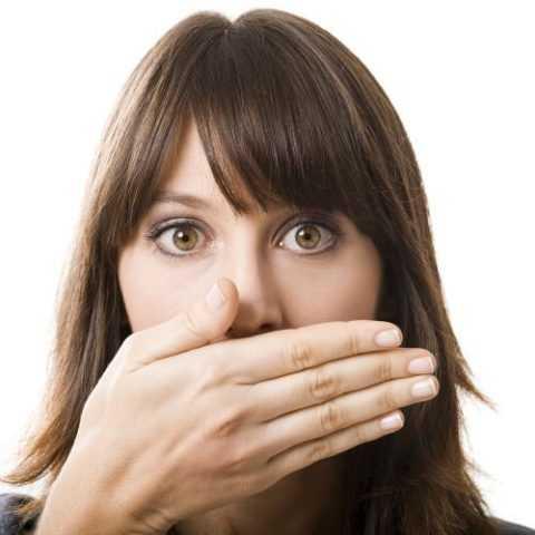 Запах ацетона изо рта могут почувствовать близкие люди