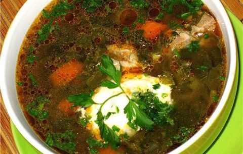 Зеленый борщ со сметаной – идеальный вариант сытного и вкусного обеда или ужина.