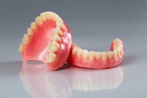Зубные протезы.