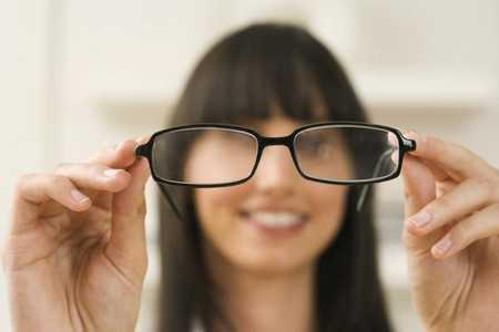 Женщина с очками