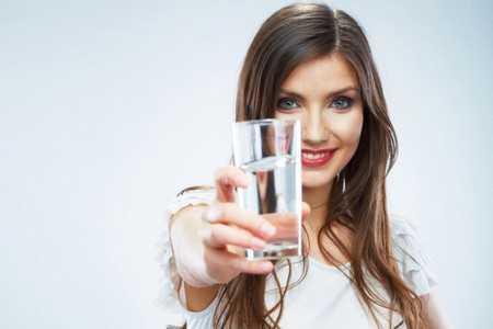 Женщина с стаканом воды