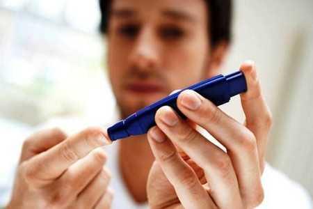 Мужчина измеряет уровень сахара