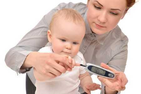 Ребенку измеряют уровень сахара в крови