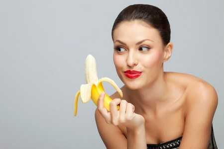 Женщина с бананом