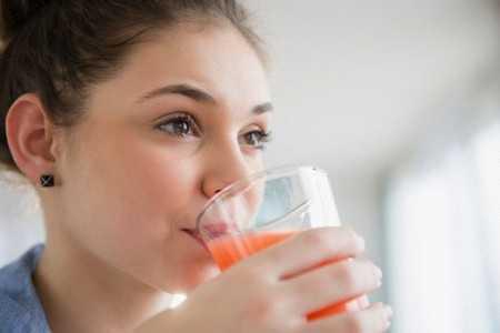 Женщина пьет томатный сок