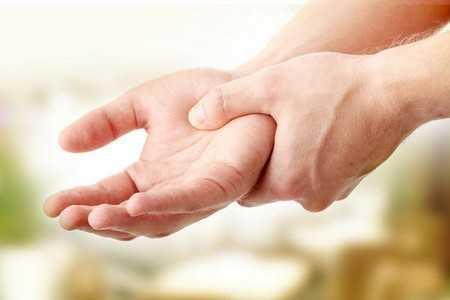 Человек ощущает боль в руках