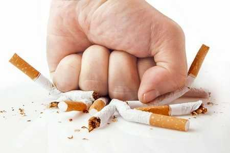 Рука ломает сигареты