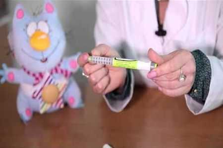 врач держит шприц ручку