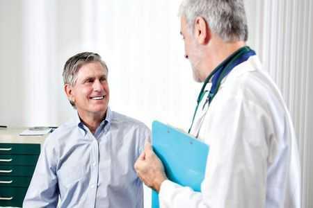 мужчина разговаривает с врачом