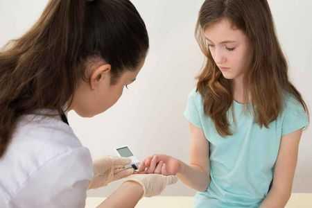 врач измеряет сахар у девочки подростка