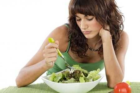 девушка с тарелкой салата