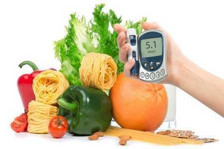 Овощи и глюкометр в руке