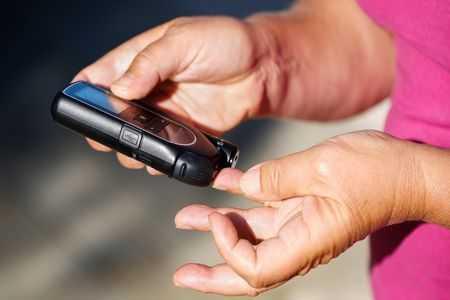 прокалывание пальца для измерения сахара в крови