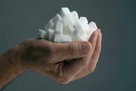 Рука с кубиками сахара