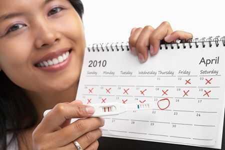 женщина с настенным календарем