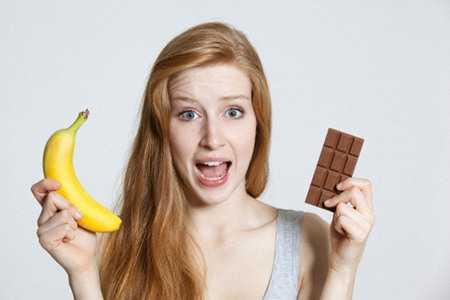 Девушка с бананом и шоколадом