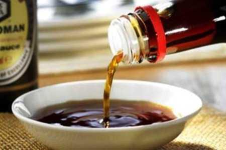 Соевый соус льётся из бутылки