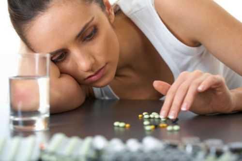 Женщина принимает лекарство