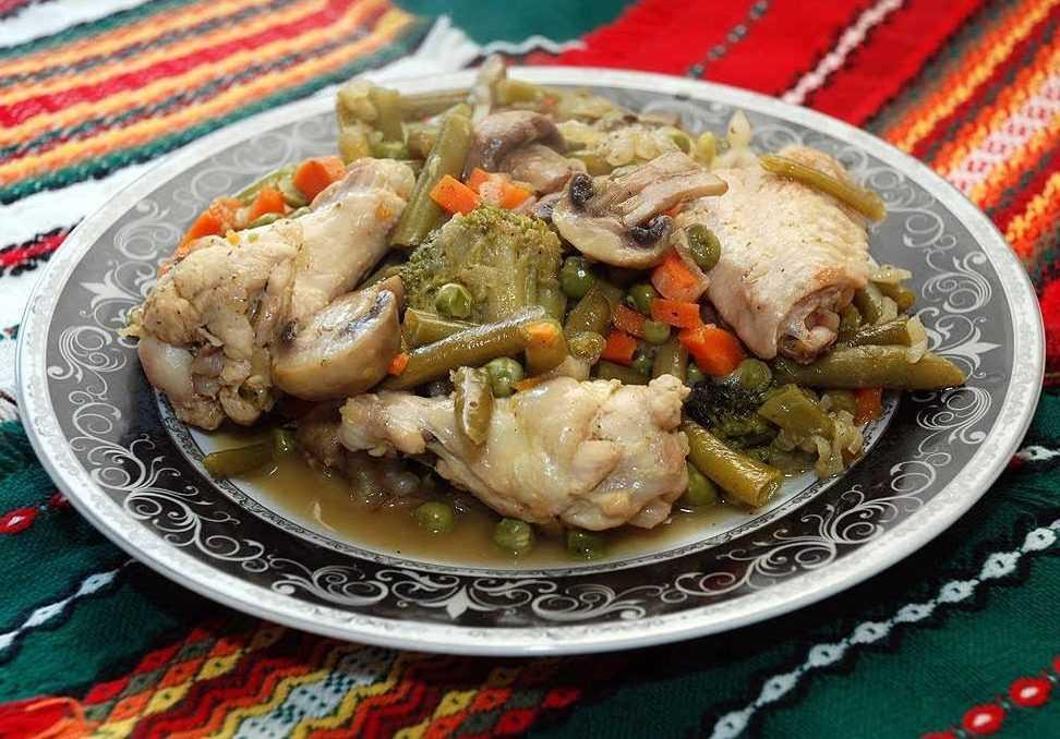 Грибы, тушенные с овощами и куриной грудкой