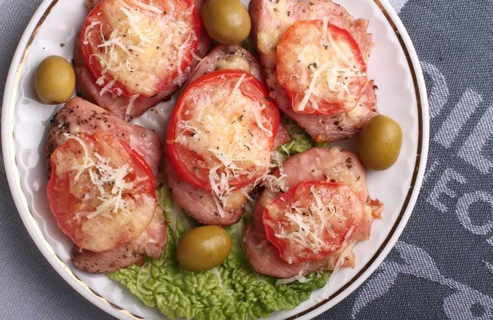 Запеченная курица с помидорами