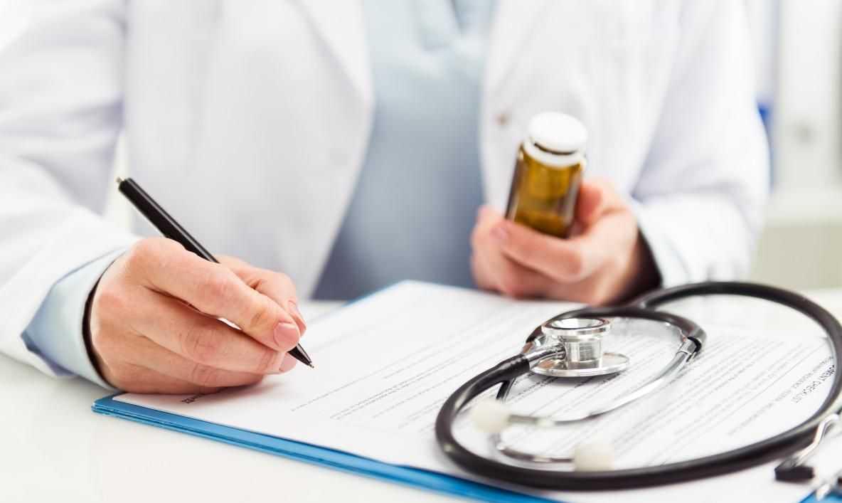 врач выписывает терапию