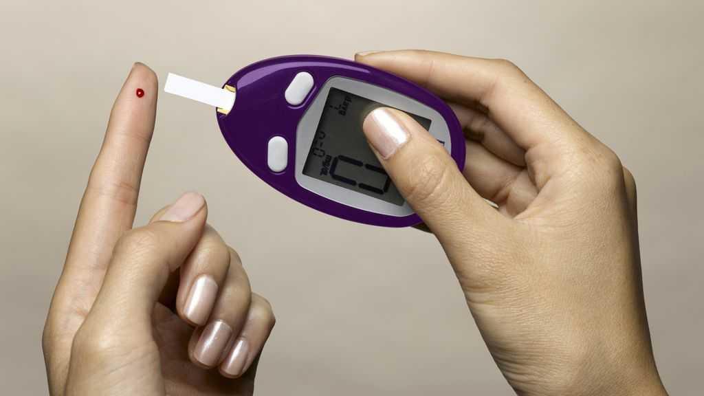 Измеряем сахар в крови глюкометром