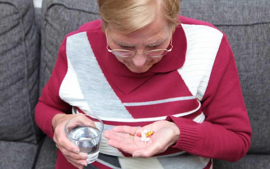 пенсионер пьет лекарство