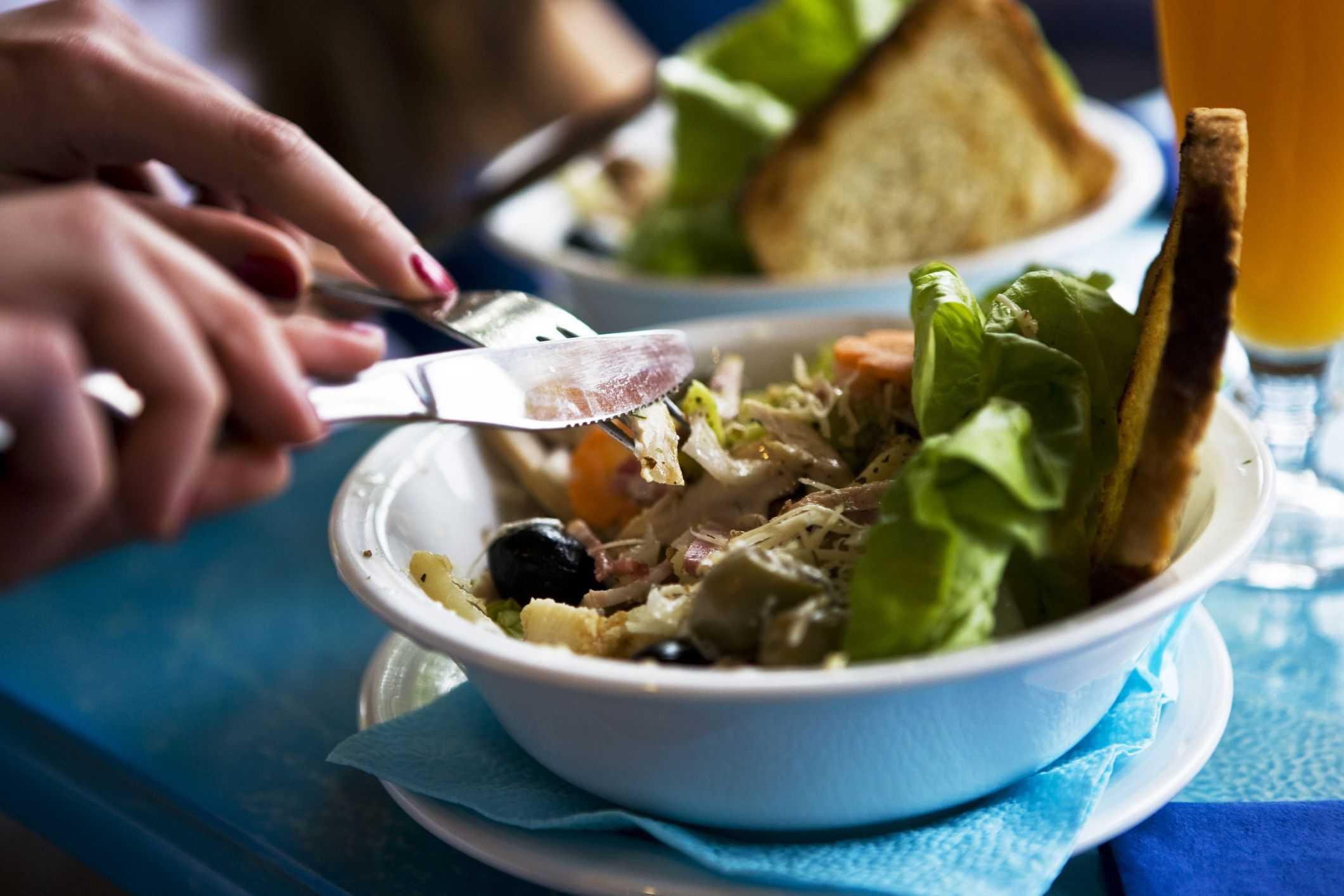 Теплый салат из стручковой фасоли, яйца и говяжьего языка