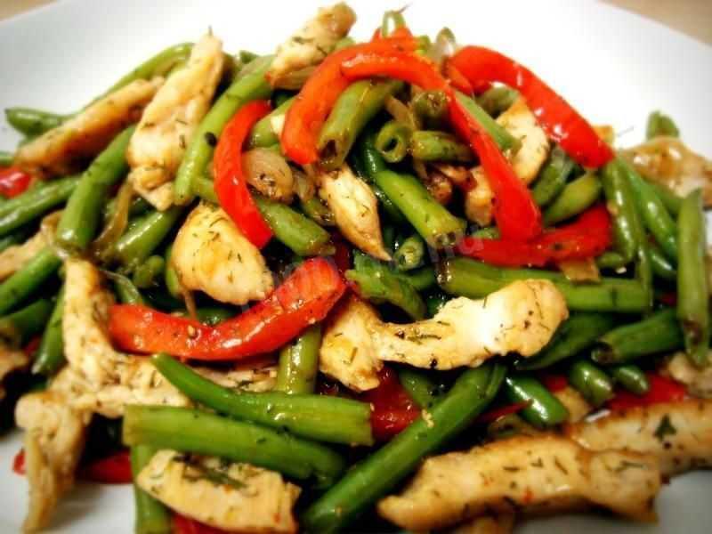 Легкий салат из зеленой и красной фасоли