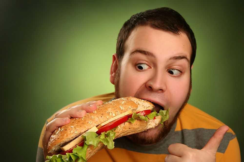 Употребление жирной нездоровой пищи